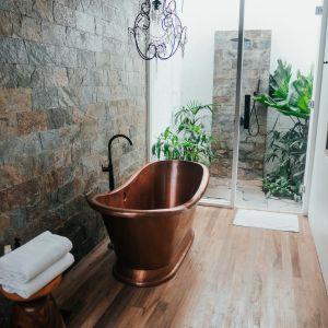 Układanie płytek zaczyna się od zamocowania na ścianie gładkiej łaty drewnianej lub aluminiowej za pomocą poziomicy. Fot. Jurga