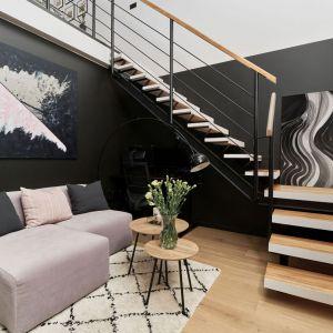 Czarna ściana i czarny obraz to mocne elementy w aranżacji salonu. Projekt: Monika Staniec. Fot. Wojciech Dziadosz