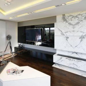 Biały marmur i czarne szkło w salonie to eleganckie zestawienie, które wygra z czasem. Projekt: Katarzyna Kiełek, Agnieszka Komorowska-Różycka. Fot. Bartosz Jarosz