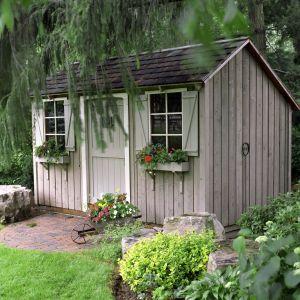 Stary drewniany domek ogrodowy zachwyci niepowtarzalnym urokiem po pomalowaniu impregnatem Jedynka Deco&Protect w kolorze Szary skandynawski. Fot. Jedynka