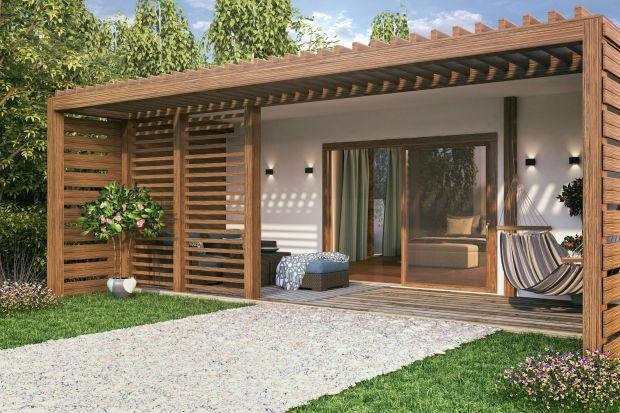 Drewno w ogrodzie i na tarasie zawsze wygląda piękne i estetycznie. Wymaga jednak odpowiednich zabiegów pielęgnacyjnych. Warto więc poświęcić jedno letnie popołudnie, abypokusić się o małą metamorfozę drewna w ogrodzie. Oto kilka propozycj