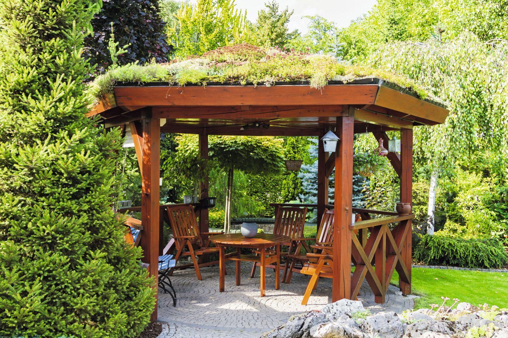 Drewniana altana w ogrodzie została pomalowana impregnatem Jedynka Deco&Protect w kolorze Mahoń amerykański. Fot. Jedynka