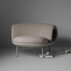 Fotel o prostej formie i delikatnych nóżkach to ciekawa proprycja do nowoczesnego salonu. Fot. Flokk