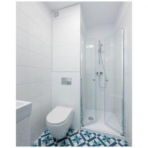 Mała łazienka w prysznicem urządzona w bieli, która ją optycznie powiększa. Fot. Paweł Martyniuk