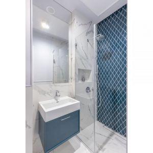 Małą łazienkę z prysznicem ożywia ułożona pod prysznicem mozaika Raw Decor Shield Ocean Granate. Projekt: Decoroom. Fot. Pion Poziom
