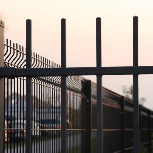 Siatki coraz częściej zastępowane są przez metalowe ogrodzenia panelowe. Fot. Plast-Met Systemy Ogrodzeniowe