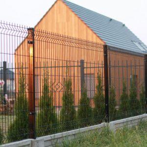 Lekkie ogrodzenia metalowe są uniwersalne, a przy tym tanie i proste w montażu. Fot. Plast-Met Systemy Ogrodzeniowe