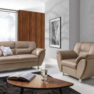 Beżowa sofa do salonu z kolekcji Amigo. Dostępna w ofercie firmy Stagra Meble. Fot. Stagra Meble