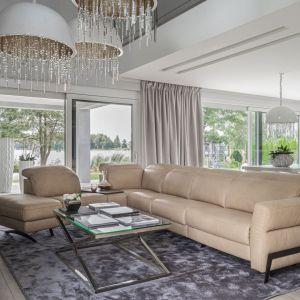 Beżowa sofa do salonu z kolekcji Volta. Dostępna w ofercie firmy Gala Collezione. Fot. Gala Collezione
