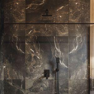 Kabina prysznicowa typu walk-in z kolekcji OMNIRES MARINA została stworzona z tafli hartowanego szkła pokrytego powłoką 3M™EasyClean, która ułatwia czyszczenie, oraz znacząco ogranicza osadzanie się wody i zanieczyszczeń. Fot. Omnires