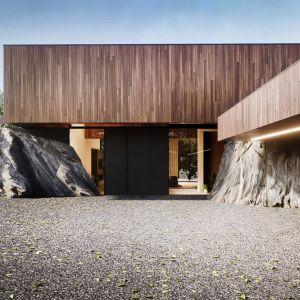 Dziś RE: On The Rock House wygląda tak, jakby od początku te skały miały tam być – w tym konkretnym miejscu. Daje to efekt wielu brył poprzedzielanych wielkimi głazami. Projekt: Marcin Tomaszewski, REFORM Architekt