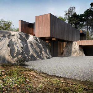 Skała między budynkami została potraktowana przez architekta, jak materiał będący kluczowym elementem do stworzenia całego projektu. Projekt: Marcin Tomaszewski, REFORM Architekt