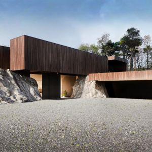 Budynek, który składa się z wielu brył, wielu budynków, niby samodzielnie istniejących, ale tak naprawdę w środku wzajemnie połączonych. Projekt: Marcin Tomaszewski, REFORM Architekt