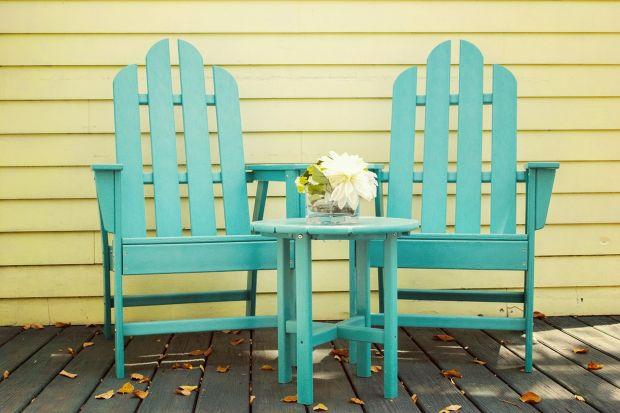 Kiedy latem ogród tryska kolorami, pomalowanie mebli tarasowych czy elementów małej architektury ogrodowej na nietuzinkowe kolory pozwala stworzyć dodatkowe radosne akcenty, doskonale uzupełniające barwy przyrody.