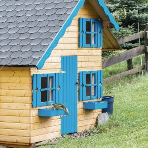 Letni domek z naturalnego drewna zyska oryginalną stylizację, jeśli zdecydujemy się pomalować drzwi, okna i inne elementy dekoracyjne na nietypowy kolor. Możemy to z łatwością osiągnąć wykorzystując emalię Tikkurila Everal Aqua Semi Matt 40 w intensywnym odcieniu niebieskiego K365. Fot. Tikkurila