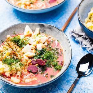 Zupa botwinkowa z ziemniakami i smażoną cebulką. Fot.  VOG Polska