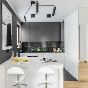 Piękna kuchnia w biało-czarnej kolorystyce. Projekt i zdjęcia:  Decoroom