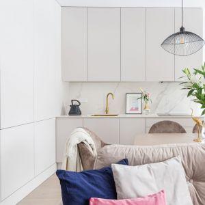Małe lub średnie mieszkanie z otwartą kuchnią zyskuje wizualnie na wielkości. Projekt Decoroom fot Pion Poziom