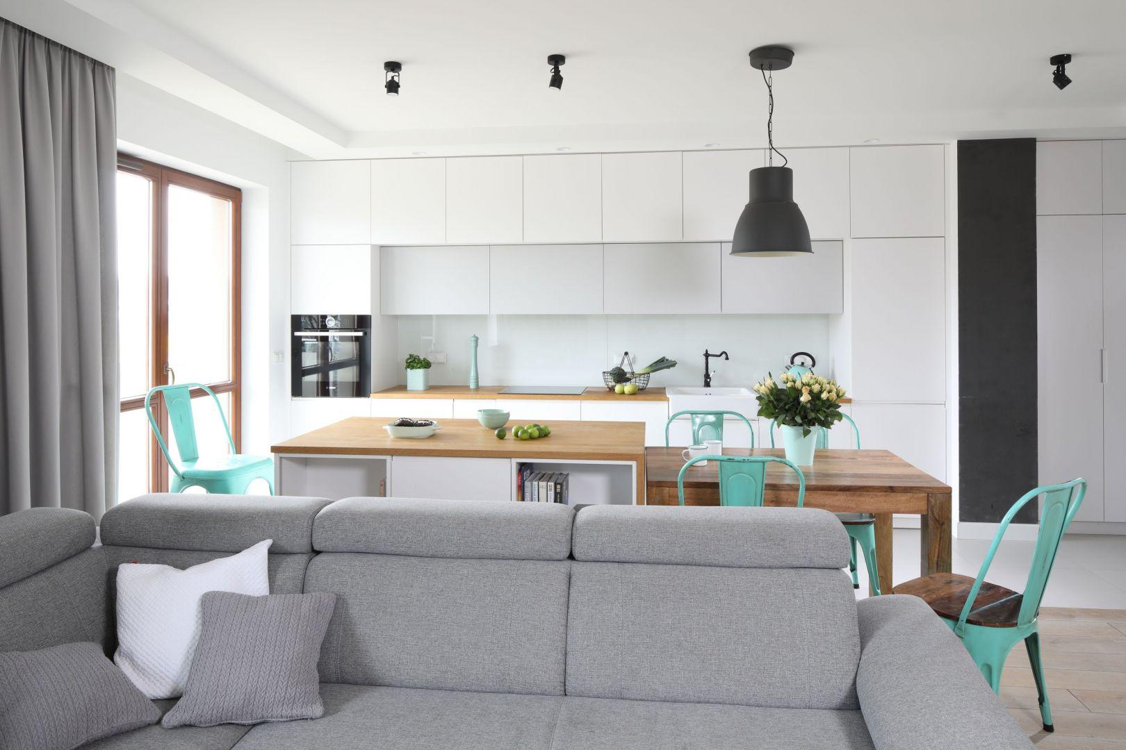 W trendzie są kuchnie otwarte na inne pomieszczenie, najczęściej z zabudowanym aneksem. Projekt Agnieszka Żyła. Fot. Bartosz Jarosz
