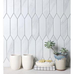 Mozaika Heksalong sprzedawana jest w plastrach o wymiarach 266 x 284 mm. Dzięki temu układanie ich na ścianach jest o wiele prostsze.Fot. Raw Decor
