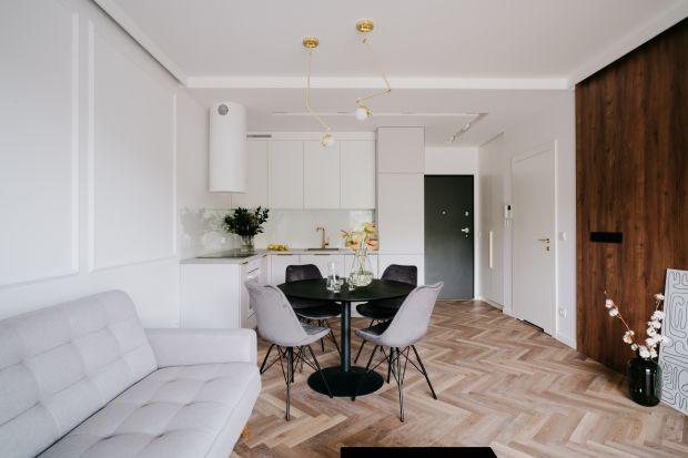 Mieszkanie, choć niewielkie (45 m²), jest bardzo funkcjonalne i efektowne. Wnętrze w stylu moderclassic, przełamanego gdzieniegdzie kontrastami, takimi jak ciemne drewno czy elementy industrialne. Zachwycaczystością formy i starannie dobranym wy
