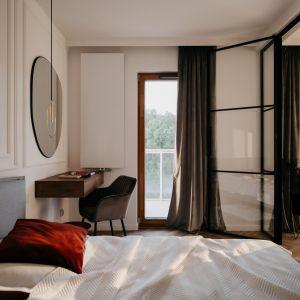 Zarówno w salonie, jak i w sypialni zaprojektowana została sztukateria ścienna, będąca nieodłącznym elementem stylu modern classic.