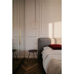 Złote oświetlenie w sypialni.