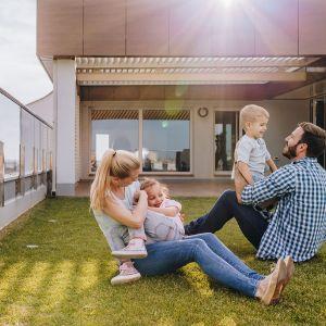 Najbardziej naturalnym pomysłem zagospodarowania płaskiego dachu jest stworzenie tam przestrzeni zielonej i to, nawet gdy przy domu posiadamy już ogródek. Fot. Galeco