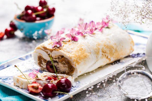 Szukasz pomysły na pyszny deser? Polecamy przygotowanie rolady bezowej. Cudownie łączy ona słodki smak kruchej bezy, z delikatną masą mascarpone z czereśniami oraz aromatycznym masłem orzechowym.