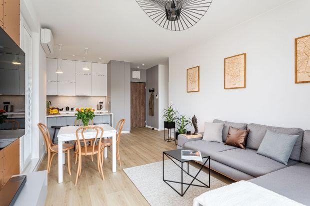 Mieszkanie na warszawskiej Woli, zrealizowane przez Beatę Napierałę z pracowni Modify-Architektura Wnętrz to projekt stawiający na barwy bieli i szarości. Stonowaną kolorystykę uzupełniły tu nowoczesne materiały wykończeniowe, proste bryły me
