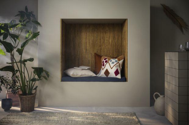 Jak zatrzymać odrobinę lata w naszych wnętrzach jena dłużej? Warto sięgnąć po jesienne nowości od IKEA. Pełne sągłębokich ziemistych kolorów, naturalnych materiałów i smukłych kształtów. Dzięki nim twój dom zmieni się w ciepłą, g