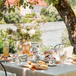 Koniecznym elementem dekoracji stołu są także kwiaty. Fot. WestwingNow
