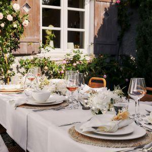 Podczas przyjęcia na zewnątrz jako dekoracja świetnie sprawdzają się kolorowe lampiony i girlandy. Fot. WestwingNow