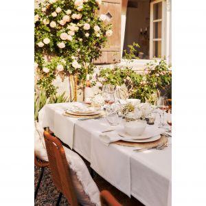 Piękna dekoracja stołu gotowa na przyjęcie w plenerze. Fot. WestwingNow
