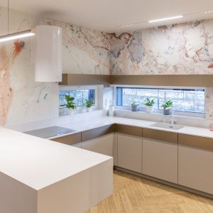 Piękna kuchnia, której ściany zdobi ciekawa fototapeta. Projekt: Joanna Ochota (Concept JOana). Fot. Maciej Sułek
