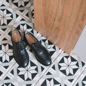 Na podłodze znalazły się czarno-białe płytki w stylu boho. Projekt: Make Architekci. Zdjęcia: Hanna Połczyńska, Kroniki Studio