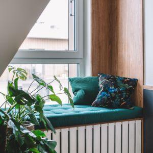 Siedzisko pod oknem - tu także znalazła się kropla butelkowej zieleni. Projekt: Make Architekci. Zdjęcia: Hanna Połczyńska, Kroniki Studio