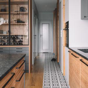Jasne drewno świetnie komponuje się z szarością płytek. Projekt: Make Architekci. Zdjęcia: Hanna Połczyńska, Kroniki Studio