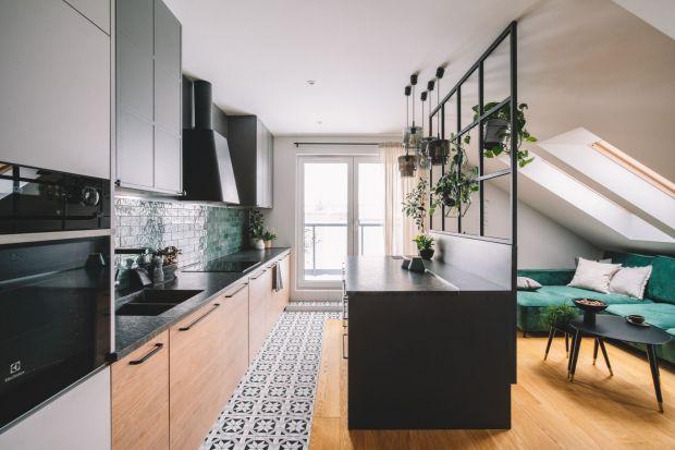 Przestrzeń mieszkania o metrażu 60 m2 została zaprojektowana jako nowoczesna, z klasycznymi elementami i przełamaniem kolorów butelkową zielenią. Za projekt odpowiadały Katarzyna Huszcza-Osińska i Emilia Gruźlewska-Sawczuk z pracowni Make Archit