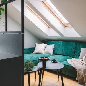W części wypoczynkowej króluje zielona kanapa. Projekt: Make Architekci. Zdjęcia: Hanna Połczyńska, Kroniki Studio