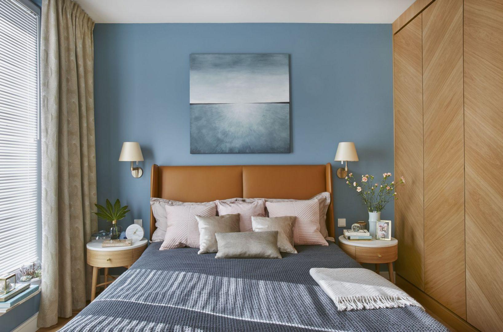 Ściana za łóżkiem coraz częściej traktowana jest jako podstawa aranżacji. Projekt Joanna Kiryłowicz. Fot. Celestyna Król
