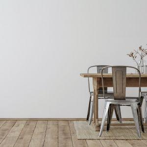 Poszukując odcienia, który skomponuje się z designerskimi krzesłami w kolorze niebarwionej blachy, warto postawić na odcień Silver Blue. Fot. Beckers Designer Collection