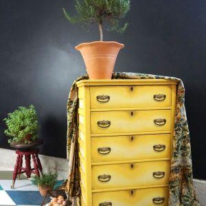 Komoda po renowacji w słonecznie żółtym kolorze pomalowana farbami Chalk Paint Annie Sloan w odcieniach Tilton i Cream