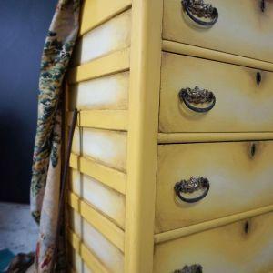 Komoda po renowacji pomalowana farbami Chalk Paint Annie Sloan w odcieniach Tilton i Cream