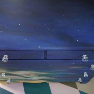 Szafka po metamorfozie pomalowana farbami Chalk Paint Annie Sloan wygląda jak skrawek nieba.