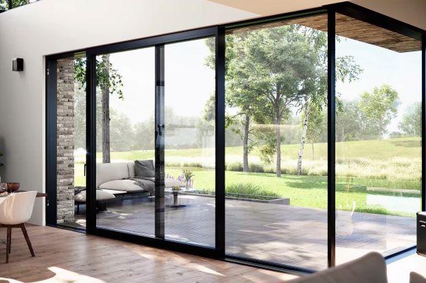 Salon otwarty na taras czy ogród obsadzony bujną zielenią to marzenie wielu z nas. Jednak poza zaplanowaniem tego, co znajduje się poza obrębem domu, warto skupić się również na odpowiednim wyglądzie wyjścia, czyli oknach i drzwiach tarasowych.