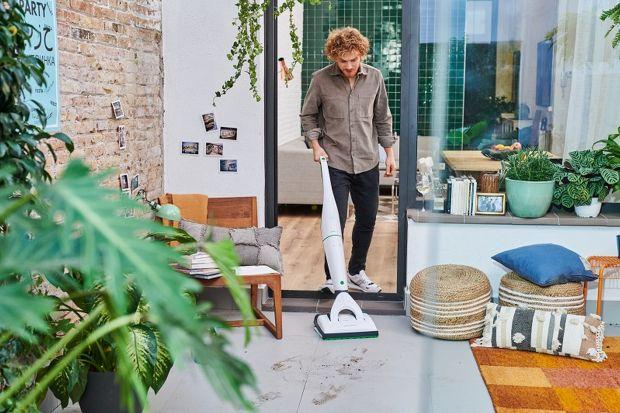Pionowy odkurzacz bezprzewodowy zrewolucjonizował proces sprzątania w niejednym domu. Jest zawsze pod ręką i w przeciwieństwie do tradycyjnego odkurzacza pozwala nie martwić się o bliskość gniazdka elektrycznego czy kabel plączący się pod