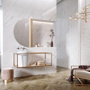Kolekcja ścienna Carrara Chic, na podłodze płytki Wood Chevron Opoczno