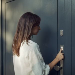 Czytnik linii papilarnych pomoże otworzyć drzwi bez użycia klucza. Fot. mat. prasowe GU