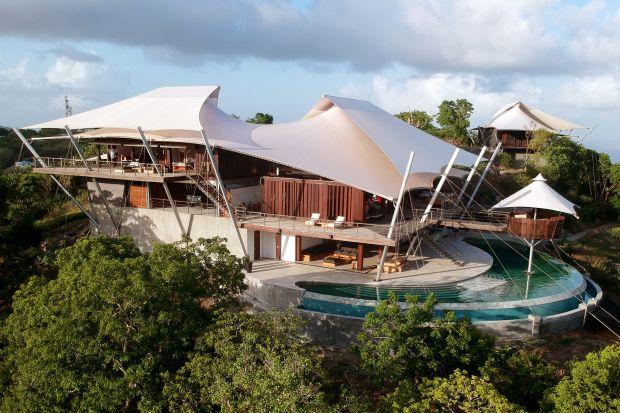 Ten dom na jednej z karaibskich wysp ma dach jak wydęte żagle. To niesamowite rozwiązanie jest nie tylko piękne, ale i bardzo praktyczne. Przeczytaj dlaczego i zobacz zdjęcia tego fantastycznego domu!